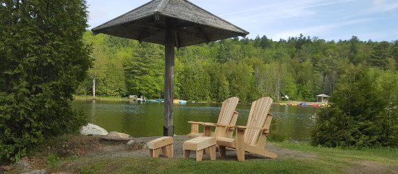 De belles chaises Adirondack pour soutenir la santé mentale